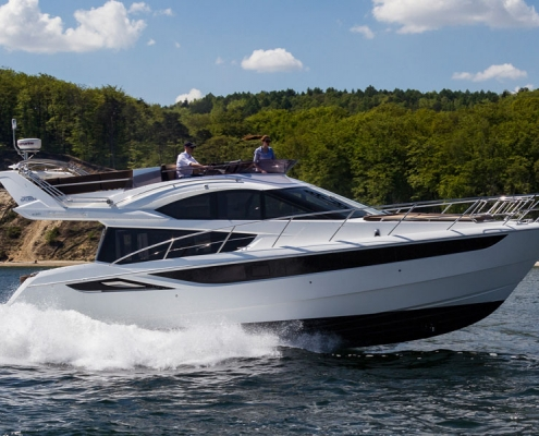 Galeon-420-Fly-running