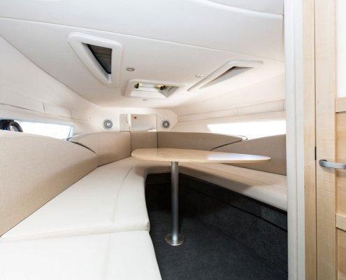 bayliner-842-kabine-tisch