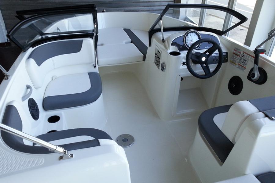 bayliner-e5-cockpit-bug