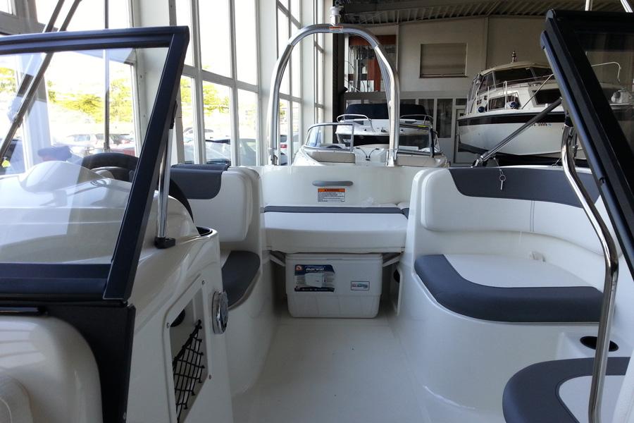 bayliner-e5-cockpit-heck