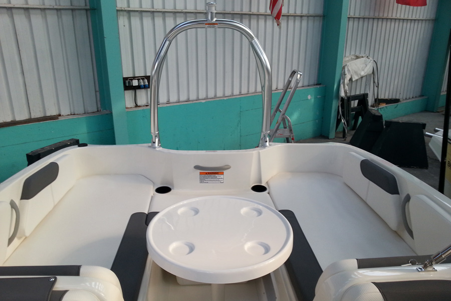 bayliner-e6-cockpit-back