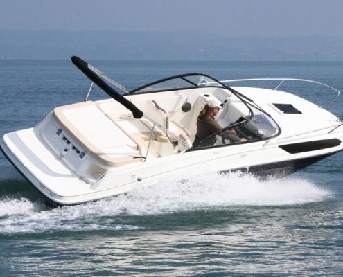 bayliner-vr5-cuddy-in-water