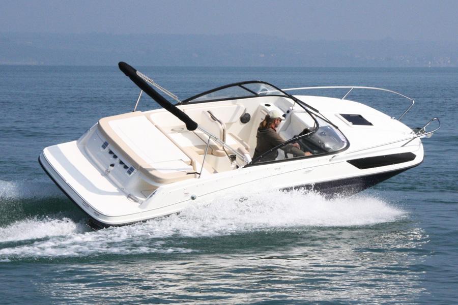 bayliner-vr5-cuddy-in-water