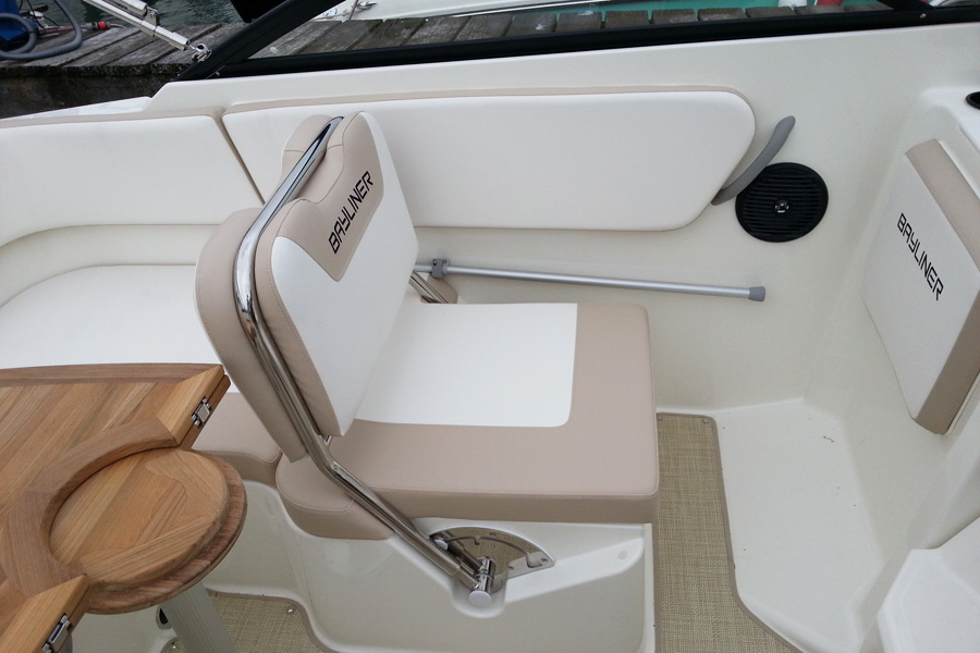 bayliner-vr5cuddy-sitz2