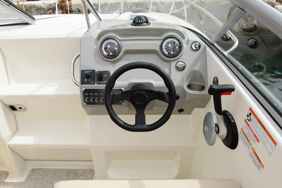 Bayliner-724-helm